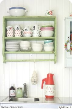 """Käyttäjän """"Annu.santaniemi"""" keittiössä värikkäät astiat saavat olla esillä. #styleroom #inspiroivakoti #keittio #maalaisromanttinen"""