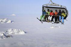 Des skieurs au dessus des nuages au mont Titlis, près de Engelberg, au centre de la Suisse.  #winter #snowflake