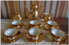 1960's πορσελάνινο σερβίτσιο 6 ατόμων, για καφέ της γερμανικής προέλευσης. Τα φλιτζάνια είναι σε μέγεθος για Ελληνικό καφέ. Ένα σερβίτσιο πραγματικό κόσμημα για τον χώρο σας, σε συμπαγές χρυσό χρώμα Η πορσελάνη είναι πολύ καλής ποιότητας, το χρυσό είναι πραγματικά φύλλα χρυσού. Λόγω της εξαιρετικής ευαισθησίας που έχουν για αυτού του τύπου τα σερβίτσια, το χρυσό παρουσιάζει πολύ μικρά σημάδια φθοράς σε ένα πιάτο, και στην κανάτα, τα υπόλοιπα κομμάτια είναι σχεδόν άριστα.