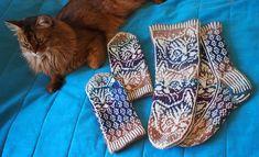 Cats in the Night Mittens / Yökyöpelilapaset pattern by Lumi Karmitsa Mittens, Ravelry, Knitting, Cats, Pattern, Fingerless Mitts, Gatos, Tricot, Breien