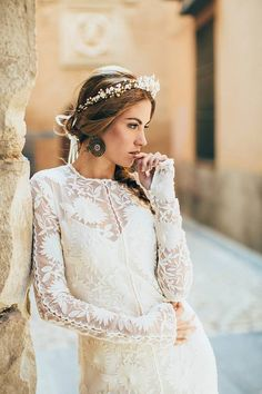 Valentina    A perfectly romantic adornment for the hair.    Thousands of delicately hand wired elements including :-    - Tiny pearlized ivory