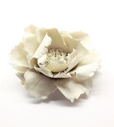 Voir l'article pour en savoir plus. French Interiors, Ceramic Flowers, Jewelry, Porcelain Ceramics, Art, Flowers, Jewerly, Jewlery, Schmuck