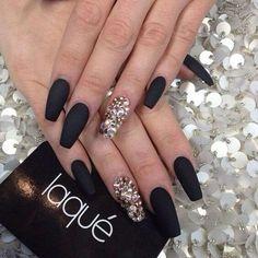czarne matowe paznokcie z cyrkoniami