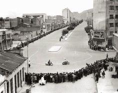 29 de junio de 1952. Competencia de motos en la recién inaugurada Carrera Décima de Bogotá, pasando a la altura de la Avenida Jiménez. Carrera, Street View, Twitter, Norte, Vintage Photos, Bogota Colombia, Circuit, June, Antique Photos