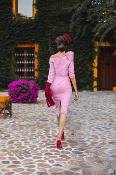 Look invitada boda kate middleton vestido rosa diadema comunion bautizo Outfit Bautizo, Modest Dresses, Bridesmaid Dresses, Special Occasion Outfits, Occasion Wear, Red Gloves, Wedding Styles, Beautiful People, Cool Outfits