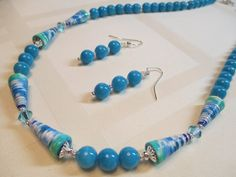 Blue and Green Paper Bead Necklace with Bright Blue por MsDorian