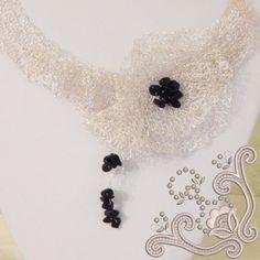 Colier statement, la baza gatului, realizat din sarma placata cu argint. Este un colier crosetat in intregime din sarma subtire. Cu aspect dantelat, avand ca element decorativ o floare impreuna cu un boboc, crosetate in relief, este obijuterie unica, perfecta pentru o zi unica din viata ta. Crochet Necklace, Jewelry, Crochet Collar, Jewellery Making, Jewerly, Jewelery, Jewels, Jewlery, Fine Jewelry