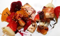 Brocheta de torrezno dulce de Soria con frutas, plato propuesto para la Ruta Dorada de la Trufa por el Bar-Restaurante Cazuelas, Tapas y Ole, en Soria.