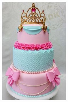 Bolo de 3 níveis decorado de princesas
