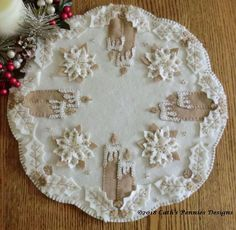 """""""White Christmas"""" Wool Applique Penny Rug Candle Mat Pattern across Penny Rug Patterns, Wool Applique Patterns, Felt Patterns, Quilt Pattern, Sewing Patterns, White Christmas, Felt Christmas, Christmas Design, Christmas Tables"""