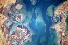 Reid Wiseman✔ @astro_reid Beautiful #EarthArt coastal sands blend with water North of #Jubail#SaudiArabia  10:15 AM - 3 Nov 2014