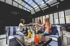 Rooftop bars in Chicago! Picture: American Junkies second floor features a retractable roof. Rooftop Restaurant, Rooftop Bar, Chicago Things To Do, Sidewalk Cafe, Outdoor Dining, Outdoor Patios, Chicago Tribune, Al Fresco Dining, Family Events