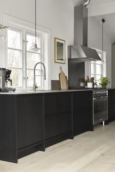 A grey shaker kitchen beyond the ordinary classic kitchen. Moduler Kitchen, Nordic Kitchen, Scandinavian Kitchen, Scandinavian Design, Shaker Kitchen, Black Kitchens, Home Kitchens, Kitchen Black, Cottage Kitchens