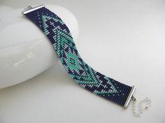 Manchette bracelet tissé en perles de rocaille Miyuki motif aztèque bleu