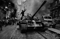 Invasión de Praga 1968. Por Josef Koudelka. If you was 20 and joined this demonstration, then at 41 years old, you got your reward.