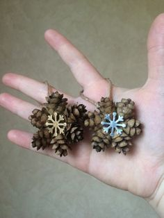What to make with pine cones - 64 Ideas with photos DIY with natural materials and easy to find offers a good hobby with children, stimulates creativity and triggers imagination. Pine cones are everywhe. Easy Diy Crafts, Crafts To Do, Crafts For Kids, Gift Crafts, Christmas Pine Cones, Simple Christmas, Xmas, Pine Cone Decorations, Christmas Decorations To Make