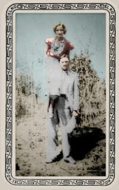 colorized photo of Bonnie and Clyde. This photo was developed from a roll of film found in the death car. By that time, Clyde usually carried Bonnie from place to place, as she had been severely burned in a car accident and was unable to walk well. Bonnie Parker, Bonnie Clyde, Old Photos, Vintage Photos, Famous Outlaws, Crime, Colorized Photos, Historical Pictures, American History