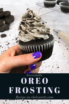 This Oreo frosting is simply irresistible, and is so easy to make! It's perfect for piping on cupcakes, or frosting cakes! This Oreo frosting is simply irresistible, and is so easy to make! It's perfect for piping on cupcakes, or frosting cakes! Oreo Cream Cheese Frosting, Cookies And Cream Frosting, Oreo Frosting, Oreo Buttercream, Whipped Cream Cheese, Brownie Cupcakes, Cupcake Cakes, Mocha Cupcakes, Banana Cupcakes