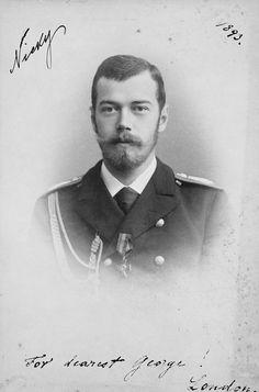 Czarevich Nicholas, depois, Nicolau II. Ele está olhando para a câmera e está vestindo uniforme militar. A fotografia contém a anotação 'Nicky 1893' e 'Para o mais querido George! Londres, referindo-se a seu primo, o duque de York, mais tarde rei George V.