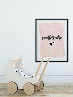 Hippe, roze poster A3 Knuffelkontje. Leuk idee voor op de meisjeskamer - Wonen voor jou #wonenvoorjou