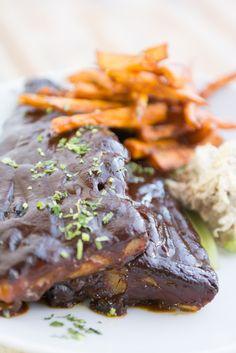 CampoCerrado 100% Costillas de cerdo caramelizados a la parrilla con batata frita casera y ensalada Waldorf.