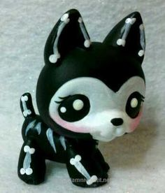 Such a cool Littlest Pet Shop I need to get this one! Lps Littlest Pet Shop, Little Pet Shop Toys, Little Pets, Lps Dog, Lps Pets, Lps Popular, Lps For Sale, Custom Lps, Dog Skeleton