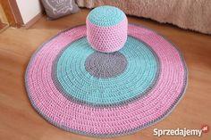 Witam serdecznie!  Oferuję Państwu RĘKODZIEŁO - ręcznie plecione, szydełkowe dywany w dowolnej kolorystyce i rozmiarze.  Dywany wykonuję z BAWEŁNIANEGO, grubego, ale miękkiego sznurka polskiej produkcji.  Widoczny na zdjęciach dywan posiada średnicę 130 cm i kosztuje 250 zł.   Do kompletu mogę wykonać pufę także w dowolnym rozmiarze i kolorze.  Mogę wykonać dywan jednokolorowy, ale i dwu, trójkolorowy itd. Dywan, w zależności od Państwa potrzeb, może być okrągły, owalny, kwadratowy, albo…