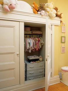 Une petite commode surmontée d'une tringle augmente l'espace de l'armoire. Un rangement bien pensé pour toute la garde-robe de bébé.