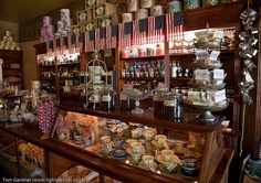 Old fashioned candy store, California Candy Store Design, Candy Store Display, Vintage Sweets, Vintage Candy, Old Country Stores, Country Fair, Country Decor, Old Candy, Nostalgic Candy