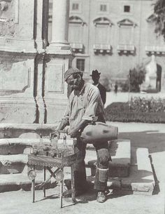 Napoli 1890 : a water seller