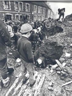 Aberfan - A young boy looks on as rescuers dig for survivors Local History, Women In History, Coal Miners, Forgetting The Past, Lest We Forget, South Wales, Change The World, Historical Photos, Great Britain