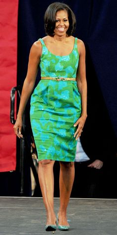 2012 - Michelle Obama took the stage at the Barbara Goleman High School in Miami Lakes, Florida in a green printed dress from Chris Benz, and a jeweled House of Lavande belt. Michelle Obama Flotus, Michelle Obama Fashion, Barack And Michelle, Barack Obama Family, American First Ladies, First Black President, Style And Grace, African Fashion, Benz