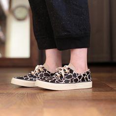 程よく艶感のあるハラコ素材がリッチな印象の脚元に めずらしいキリン柄がワンランク上のお洒落に魅せてくれる大人な一足です 履き口のクッションがきいているので履き心地がいいのも嬉しいポイント nutsllyナッツリー FOLKY GIRAFFE  EWTAW10  #nutslly #sneakers #shoes #love #cute #fashion #ナッツリー #スニーカー #シューズ #ハラコ