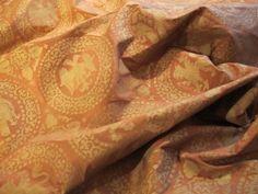 tessuto in shantoung di pura seta, tendaggio. Il motivo ornamentale è stato ripreso dalla veste papale di Bonifacio VIII.