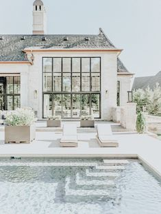 Paint your pool white and wow! - Design Exterior dream homes luxury Future House, My House, Dream House Exterior, Dream House Plans, House Exteriors, Dream Home Design, My Dream Home, Dream Homes, Architecture Design