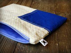 Patchworková kapsička 14 Moderní patchworková kapsička o velikosti 19 x 14 cm. Kapsa je ušita ze 100% bavlněných látek. Patchworková část je podžehlena vlizelínem a prošita bílou nití. Přední i zadní strana kapsičky jsou ve stejném provedení. Uvnitř má kapsa modrofialovou bavlněnou podšívku, která je ručně zapošita a začištěna (nikde netrčí nitě). Kapsa je ...