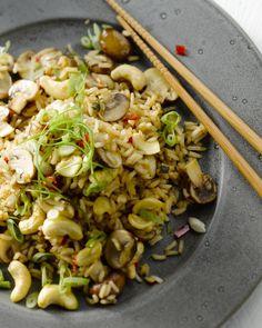 Rijst kung pao is een traditioneel  gerecht uit de Chinese Sichuan keuken. Normaal gezien met kip, maar  veggie kan ook, heerlijk krokant dankzij de cashewnoten! Asian Recipes, Healthy Recipes, Ethnic Recipes, Fish And Meat, Wok, Pasta Salad, Delish, Veggies, Vegetarian