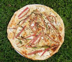 Tarte salée à la rhubarbe Camembert Cheese, Dairy, Food, Balsamic Vinegar, Philly Cream Cheese, Onion, Recipe, Salty Tart, Meal