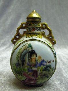 Chinese Porcelain Belle Pattern Snuff Bottle