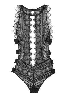 En septembre dernier, Etam fêtait ses 100 ans avec un défilé événement à Paris. Pour célébrer une fois de plus son anniversaire et revendiquer son savoir-faire de corsetier à la Française, la marque de lingerie a imaginé un body en dentelle unique avec l'aide de la maison Noyon.