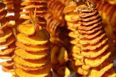 Knusprig, würzig und extravagant verdreht: Als schnittige Tornado-Kartoffel aus dem Ofen macht die altbekannte Knolle ordentlich was her. Hier erfährst Du, wie Du die Leckerei ganz einfach selber zubereitest.Auf Jahrmärkten werden kunstvoll verdrehteTornado-Kartoffeln oder Spiralkartoffeln...