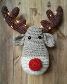 Crochet reindeer head wall hanging - antlers decorated with lights! Christmas Crochet Patterns, Holiday Crochet, Christmas Knitting, Rudolph The Rednosed Reindeer, Reindeer Head, Crochet Wreath, Crochet Diy, Christmas Projects, Holiday Crafts