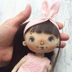 Меня давно просили сделать игровую куколку, чтобы одёжка снималась и причёски всякие делать. И вот, хвала небесам, все звёзды сошлись и Наташа таки сподобилась на этот подвиг. Вечером девочка будет искать себе домик. И да, с понедельником вас, мои дорогие! Пусть неделя будет яркой!☀️☀️☀️ #игроваякукла#куклысахаровойнатальи