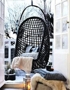 winter decoration for small balcony. key items: lanterns, candles, and lots of comfy textures to snuggle up. PS: love the cozy swing #balcon d'hiver