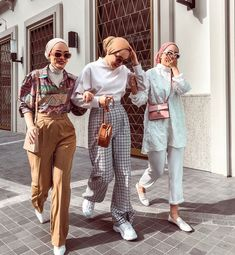 Find images and videos about love, fashion and cute on We Heart It - the app to get lost in what you love. Muslim Women Fashion, Modern Hijab Fashion, Street Hijab Fashion, Hijab Fashion Inspiration, Modest Fashion, Fashion Outfits, Style Fashion, Hijab Turban Style, Mode Turban