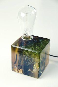 Lampe bringt ein bisschen Geheimnis. Zwei Arten von Harz gemischt, um einzigartige Sumpf schaffen wie aussehen. Spalted und Bug nagte Erle Stück passt den Harz-Look. Form: rechteckig Licht: 40W, warmes Rot Spannung: 230V, EU-standard (US oder UK Standard anpassbar) Detail: gefangen