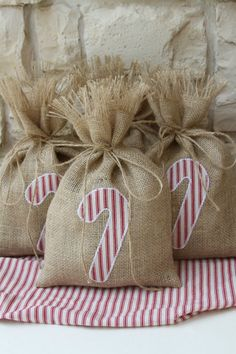 Rustic Christmas Crafts, Shabby Chic Christmas, Burlap Christmas, Christmas Sewing, Christmas Mood, Holiday Crafts, Xmas, Christmas Treat Bags, Christmas Wrapping