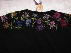 Camiseta, bordada a mão,  detalhes em lantejoula  T Shirt, hand embroidered, Sequin details