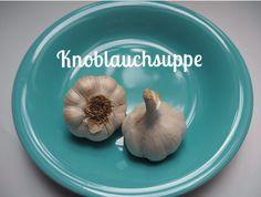 Knoblauch: eine tolle Knolle, in der rund zwanzig Mal am Stück so viel Keimkraft liegt, dass sich aus jeder einzelnen Zehe eine neue Pflanze bilden kann. Genießt Knoblauchcremesuppe aus dem Thermomix! Superfood, Onion, Main Dishes, Garlic, Vegetables, Toe, Plant, Round Round, Thermomix