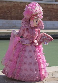 Photos Masques Costumes Carnaval Venise 2015 | page 12 Venice Carnival Costumes, Venetian Carnival Masks, Carnival Of Venice, Venetian Masquerade, Masquerade Ball, Costume Carnaval, Pink Costume, Italian Outfits, Italian Clothing